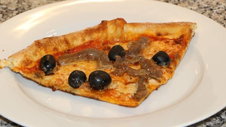 Nach dem Aufwärmen: Auch das Fleisch auf der Pizza ist heiss. Zudem ist das Pizzastück knusprig und fettet kaum, im Gegensatz zu der Mirkowellen-Variante.