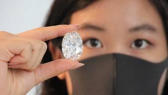 Ein Model zeigt bei Sotheby's in New York einen großen, weißen Diamanten. Foto: Christina Horsten/dpa