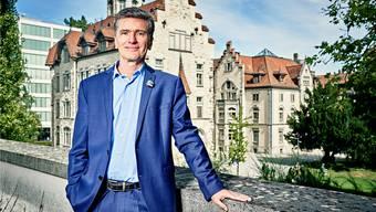 Severin Lüscher auf der Dachterrasse des Naturamas mit der Alten Kantonsschule Aarau im Hintergrund.