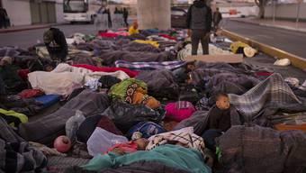Hunderte zentralamerikanische Migranten schliefen in der Nacht auf Freitag am mexikanisch-amerikanischen Grenzübergang bei Tijuana. Sie protestierten gegen die Asylpolitik Donald Trumps.