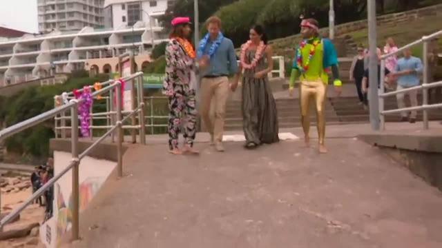 AP: Harry und Meghan spazieren barfuss am Strand