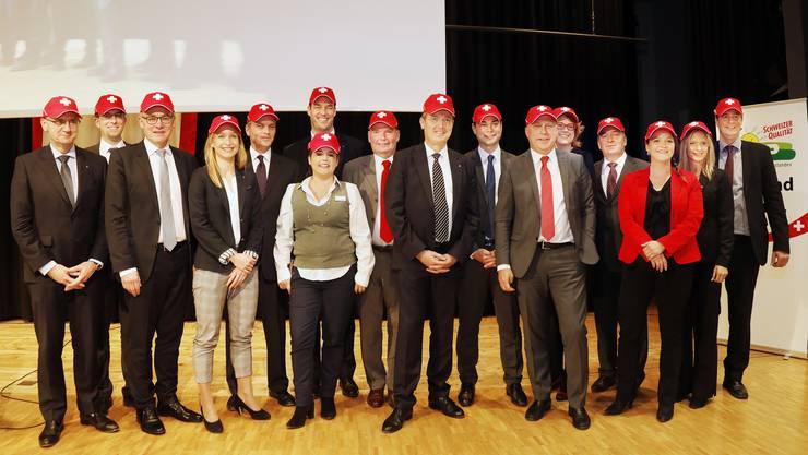 Vor vier Jahren posierten die SVP-Kandidaten für den Nationalrat mit Plüschhund Willy, diesmal wählten sie bei der Nomination eine Schweizerkreuz-Kappe.