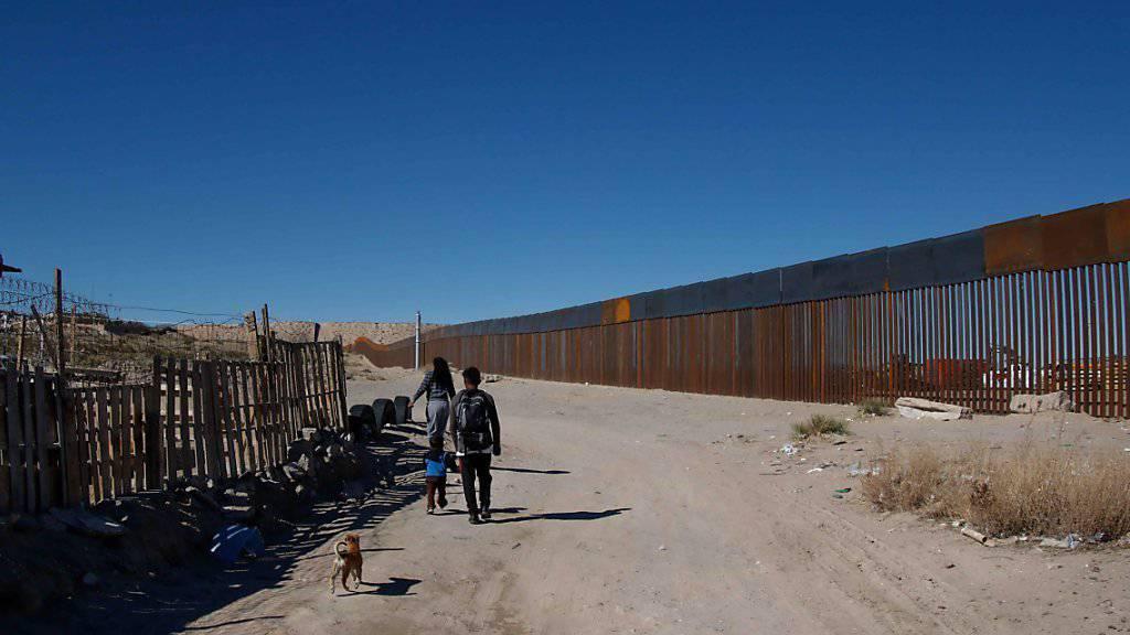 Bestimmte Grenzabschnitte sind bereits mit Zäunen und Mauern gesichert, so hier in nahe Ciudad Juarez. US-Präsident Trump will aber eine durchgehende Mauer.