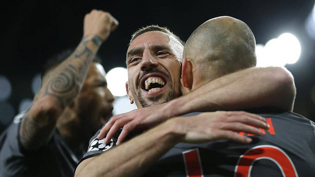 Franck Ribéry umarmt Arjen Robben. Auch dank diesem famosen Duo sammelte Bayern München in den letzten zehn Jahren zahlreiche Titel
