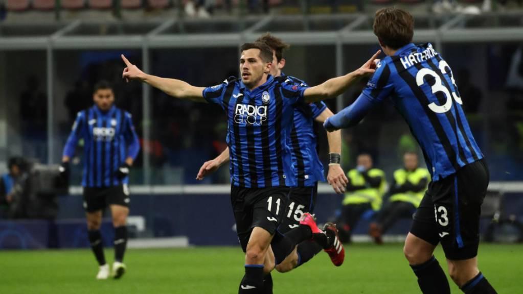 Remo Freuler (Mitte) will mit Atalanta Bergamo in der Champions League in die Viertelfinals