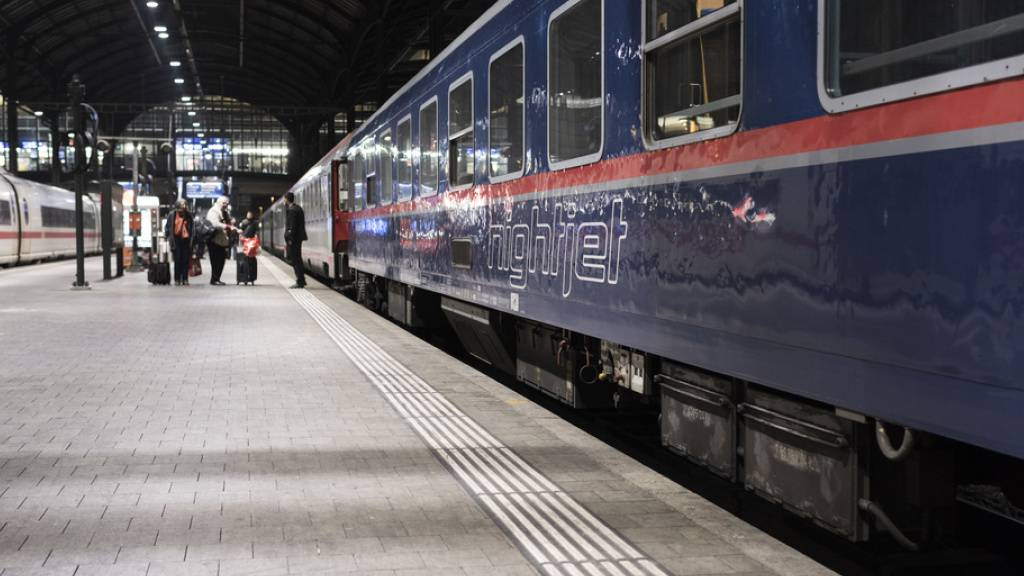 Ein Nightjet der ÖBB im SBB Bahnhof Basel - SBB und ÖBB wollen das Angebot im Nachtzugverkehr von sechs auf zehn Linien ausbauen. (Archivbild)