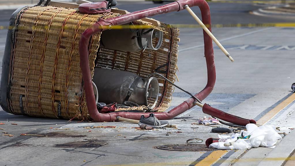 Der Korb eines abgestürzten Heißluftballons liegt auf dem Bürgersteig. Laut Polizei habe der Ballon  eine Stromleitung gerammt und sei dann auf die belebte Straße abgestürzt. Insgesamt starben fünf Insassen. Foto: Andres Leighton/AP/dpa