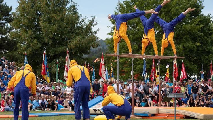 Die Kunstturner-Gruppe Gym-Brothers im Minion-Kostüm bei der Schlussvorführung.