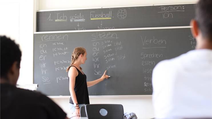 Kantischülerin Lisa Zimmermann beim Unterricht mit den Flüchtlingen.