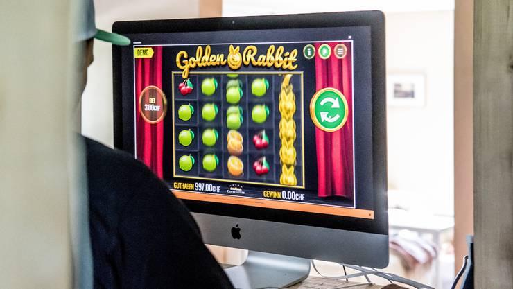 Online-Casinos haben keine Öffnungszeiten und sind überall verfügbar – sofern man Geld hat.