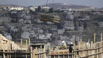 Rege Bautätigkeit im Osten Jerusalems - im Vordergrund ein palästinensischer Bau.
