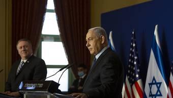 Benjamin Netanjahu (r), Ministerpräsident von Israel und Mike Pompeo, Außenminister der USA, nehmen nach ihrem Treffen an einer Pressekonferenz teil. Foto: Maya Alleruzzo/Pool AP/dpa