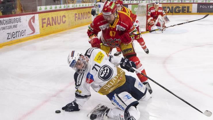 Der EHC Biel (Marco Maurer im roten Trikot) zwang Ambri-Piotta zum dritten Mal in die Knie und braucht noch einen Sieg zum Einzug in die Playoff-Halbfinals