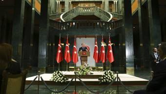 Der Präsident der Türkei, Recep Tayyip Erdogan, reagiert an einer Veranstaltung anlässlich des Fastenbrechens pikiert, dass die USA Haftbefehle gegen seine Sicherheitsleute erlassen haben.