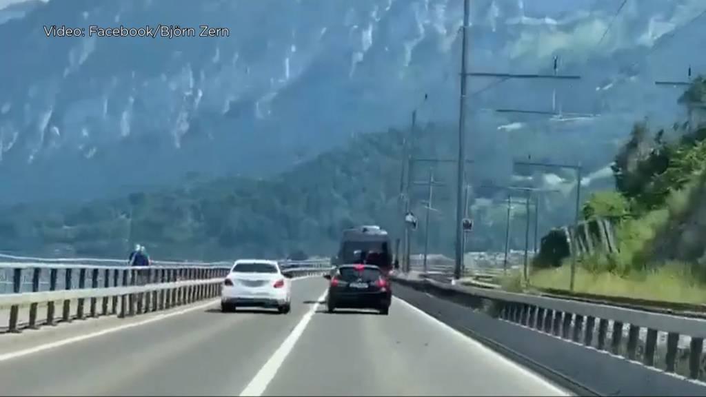 Waghalsiges Überholmanöver: Autofahrer riskiert Menschenleben