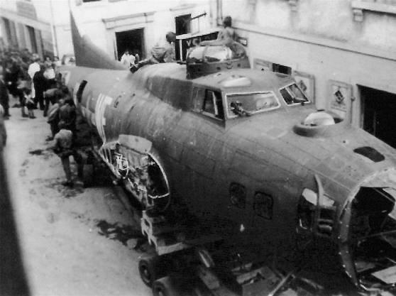 Das zerlegte Flugzeugwrack der B-17F wurde durch die AescherHauptstrasse zum Verschrotten abtransportiert.