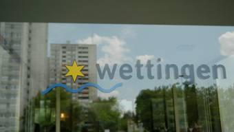 Eingang zum Rathaus in Wettingen: Die sozialen Dienste erhalten mehr Personal.