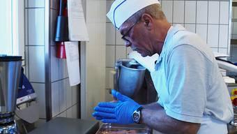 Andreas Klein verdient sich in einem Altersheim ein Mittagessen.