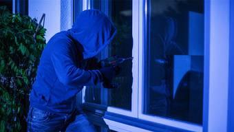Die Einbrecher gingen mit der Fensterbohrmethode vor. (Symbolbild)