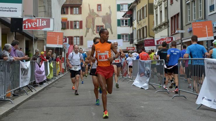 Der spätere Sieger Oqubit Berhane liegt bereits nach wenigen Metern an der Spitze.