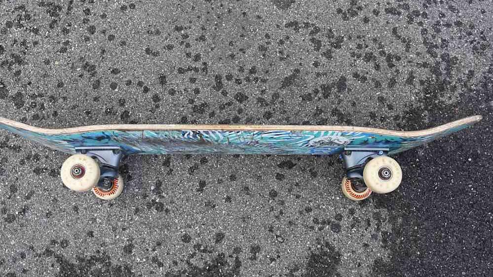 Skateboarder schlägt und tritt im Streit auf Auto ein