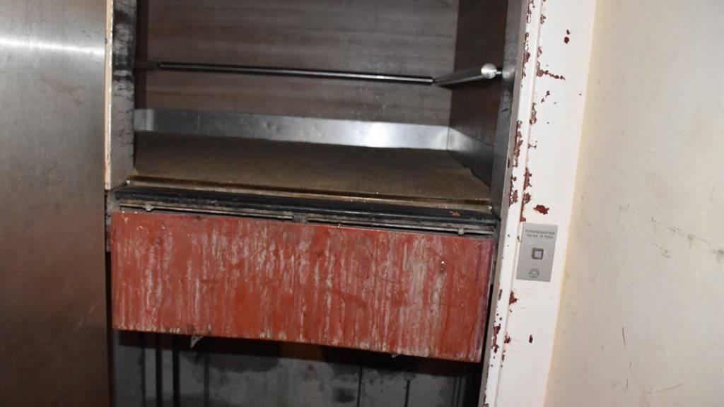 Der Lift, in dem sich das Mädchen verletzt, mit aufgebrochener Türe.