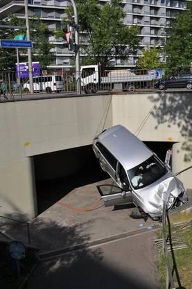 Unfall im Wasgenring: Autofahrer stürzt mit seinem Wagen 4,5 Meter in die Tiefe.