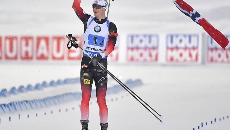 Johannes Thingnes Bö muss zum Schluss nicht spurten, sondern er schwingt Norwegens Fahne.