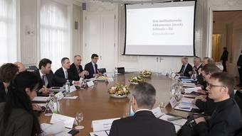 Die Bundesräte Ignazio Cassis (Dritter von Links) und Guy Parmelin (Zweiter von links) trafen sich am Mittwoch zu Konsultationen mit den Gewerkschaften, dem Arbeitgeberverband und dem Gewerbeverband.