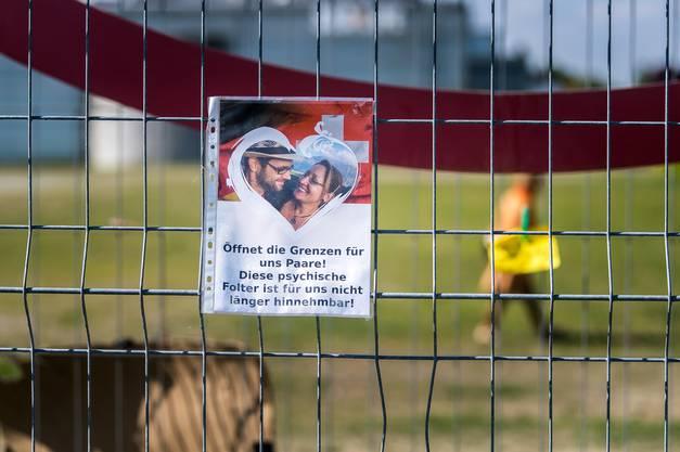 Eine deutliche Botschaft hängt am Grenzzaun zwischen Kreuzlingen und Konstanz.