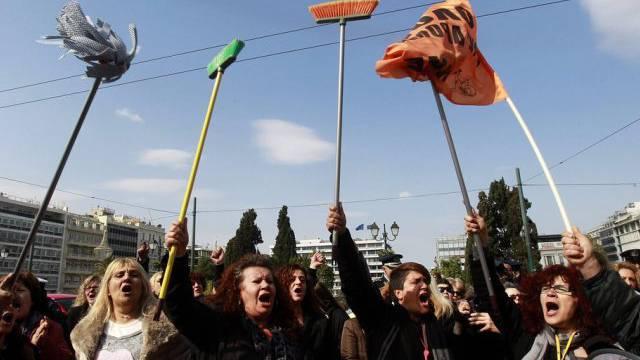 Entlassene Putzfrauen des Finanzministeriums protestieren in Athen