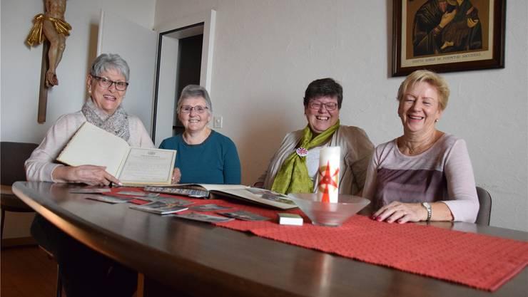 Ursula Fleischli, Verena Schillig, Barbara Weinbuch und Angelika Grau stöbern in alten Protokollbüchern und schwelgen in Erinnerungen.