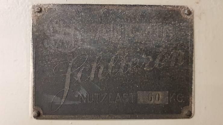 Die Aufzugsanlage trägt immer noch das originale Werksschild der Wagons- und Aufzügefabrik Schlieren.
