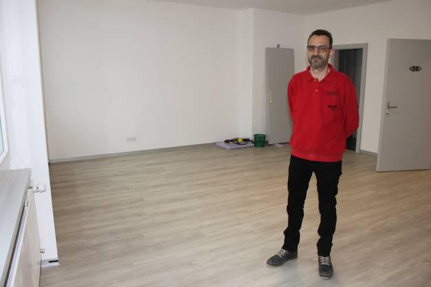 Hotelier Antonio Gonzales zeigt ein grosses Zimmer, das fast fertig ist.