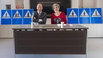 CVP-Staatsrat Serge Dal Busco und SP-Bürgermeisterin Sandrine Salerno bei der Präsentation der neuen, weiblichen Strassenschilder in Genf.