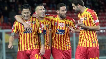 Gianluca Lapadula (links) lässt sich von seinen Teamkollegen feiern