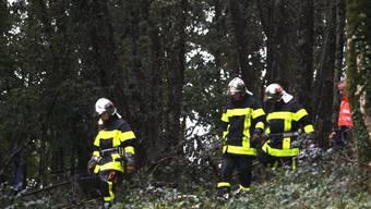 Rettungskräfte durchsuchen das Gebiet rund um die Absturzstelle (Archiv)
