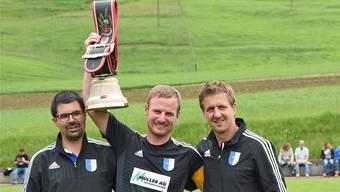 Vor knapp zwei Jahren beendete Fabian Furrer (in der Mitte) seine Aktivkarriere. Nun ist er Vizepräsident, Sportchef und Co-Interimstrainer beim FC Welschenrohr.