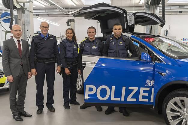 Kantonspolizist Adrian Spahr (ganz rechts) gemeinsam mit Regierungsrat Baschi Dürr (ganz links) und Kapo-Kommandant Martin Roth (2.v.l.) bei der Präsentation der neuen Tesla-Polizeifahrzeuge im Dezember 2018.