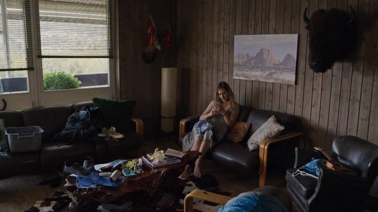 So sieht Barbara Erbs Wohnzimmer in der SRF-Krimiserie aus: Reto Doerigs Tochter Vanessa breitet sich in Folge 2 in Papas Wohnung aus.