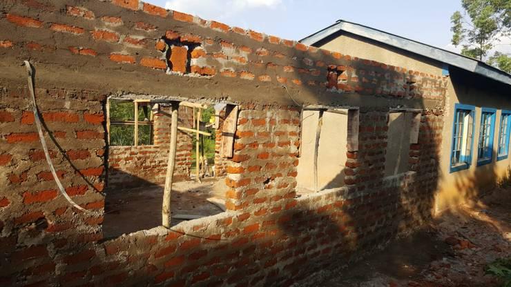 Die Mauern des Anbaus wurden bereits mit einfachsten Mitteln errichtet