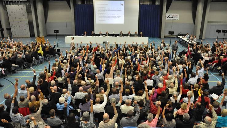 Im Zürcher Kantonsrat steht die Gesamtrevision des Gemeindegesetzes an (im Bild: Gemeindeversammlung in Urdorf).