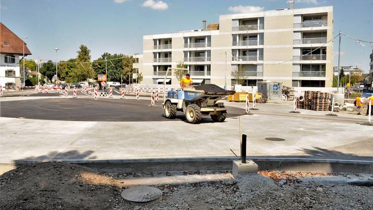 Auf der Bernstrasse West wechseln Verkehr und Baumaschinen für zweieinhalb Monate miteinander die Seite; später soll der Kreuz-Kreisel normal befahren werden können.