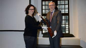 Reto Platzer, Präsident des Vereins Freunde Museum Altes Zeughaus, bei der Waffenübergabe an Co-Museumsleiterin Claudia Moritzi.