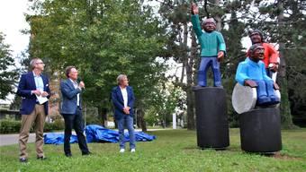 An der Einweihungsfeier für den Reha-Erweiterungsbau präsentierten Matthias Mühlheim, Stephan Schmidlin und Thierry Ettlin (v.l.) die Skulptur «Der Weg». nbo
