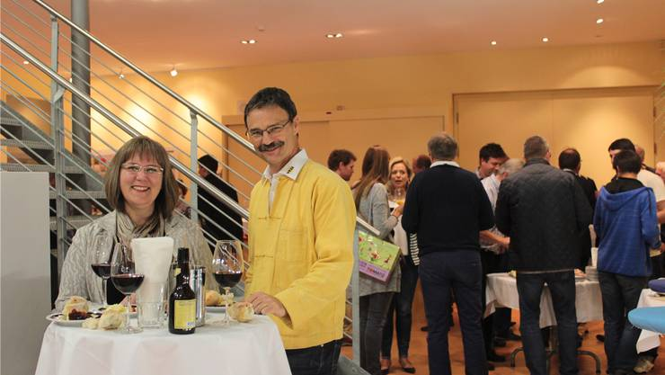 Brigitte Nussbaumer und Referent Walter Christen geniessen einen wohlverdienten Apéro.