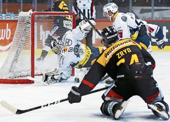 EVZ-Goalie Luca Hollenstein (links) wehrt den Schuss von Berns Miro Zryd spektakulär ab.