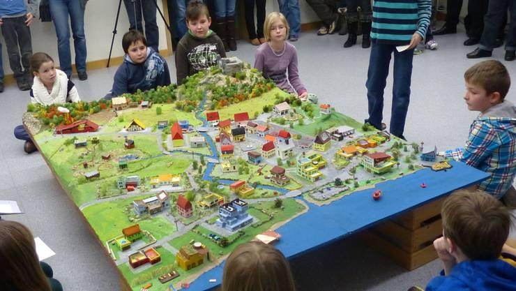 Die Schülerinnen und Schüler stellen Eltern und Lehrern ihr Dorf Seeburg vor. ARI