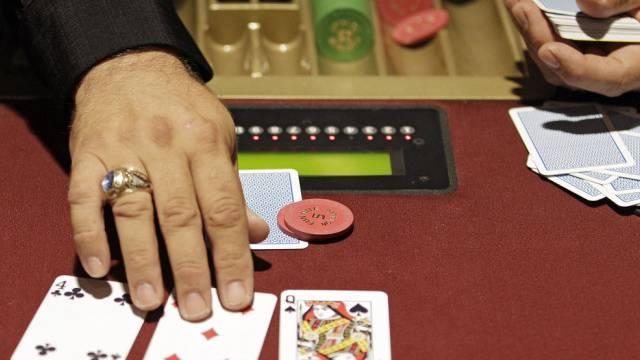 Beim Pokerspiel fand der Überfall statt. Nun werden die Schüsse neu bewertet (Symbolbild).