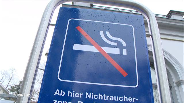 Bahnhof-Rauchverbot wird ignoriert